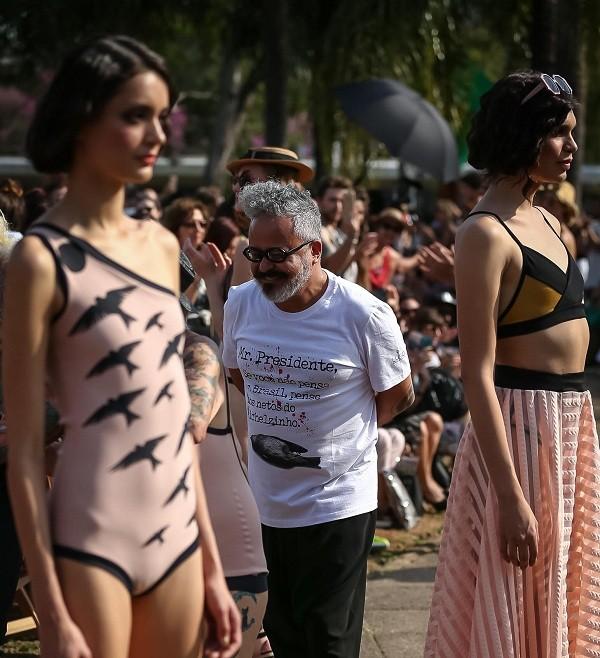 O estilista Ronaldo Fraga criticou o presidente Michel Temer em seu desfile  (Foto: Ag News)