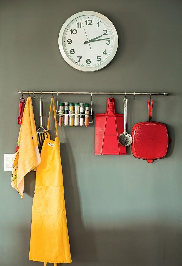 Tudo à mão na cozinha: avental, pano de prato, temperos e acessórios contrastam com a parede na cor Carvão, da Suvinil (Foto: Edu Castello/Editora Globo)