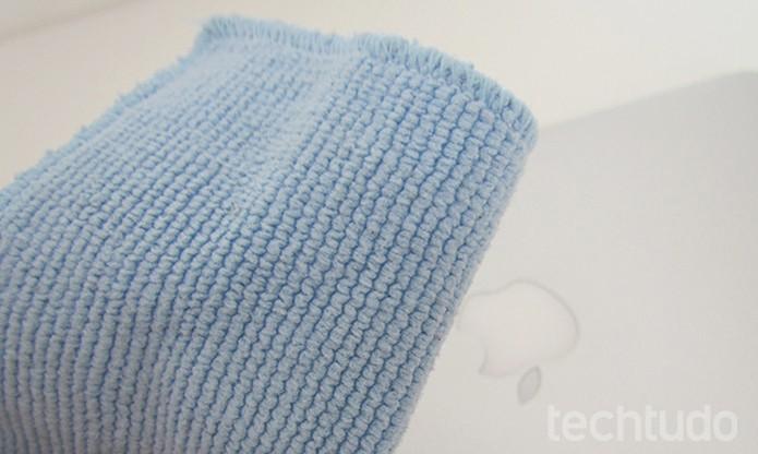Use um pano de microfibra para retirar a sujeita da parte externa (Foto: Paulo Alves/TechTudo )