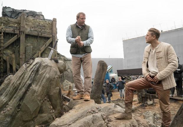 Guy Ritchie e Charlie Hunnam (Foto: Divulgação)