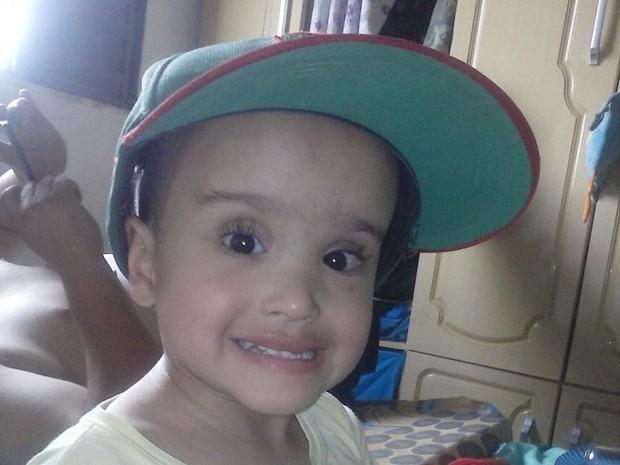 Família de Vinícius Samuel, de Suzano, faz campanha para conseguir órtese para o menino. (Foto: Ana Paula Oliveira/Arquivo Pessoal)