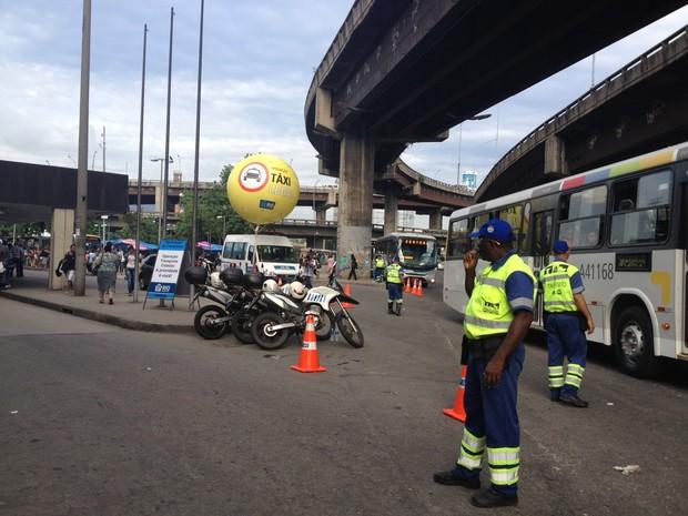 Agentes da CET-Rio e da Guarda Municipal fazem operação no entorno da Rodoviária Novo Rio (Foto: Cristiane Cardoso/ G1)