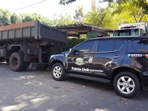 Caminhão do Exército detido na região de Campinas (Foto: André Natale/ EPTV)