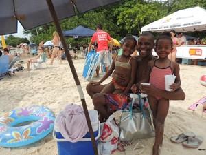 Leandro costuma ir com as filhas à praia da Daniela (Foto: Valéria Martins/G1)