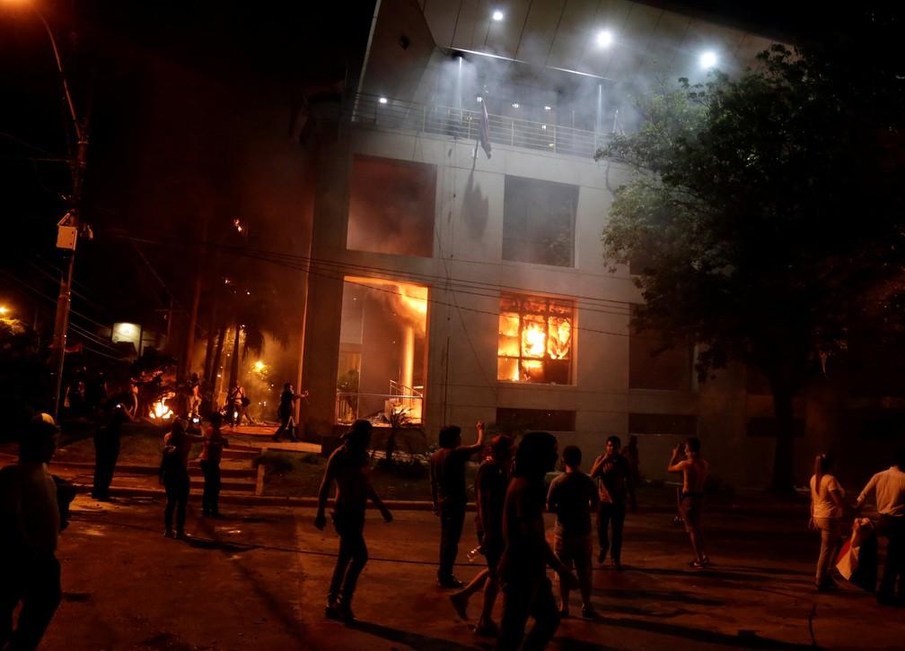 Manifestantes colocam fogo no prédio do Congresso do Paraguai após Senado aprovar reeleição presidencial nesta sexta-feira (31) (Foto: REUTERS/Jorge Adorno)