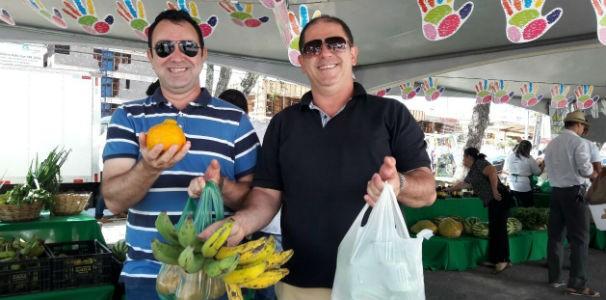 O repórter Amorim Neto e o cinegrafista Robson Lima foram as compras  (Foto: Divulgação/ Marketing TV Gazeta)