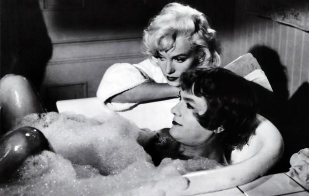 """A comédia 'Quanto Mais Quente Melhor' (1959) deve muito de seu estrondoso sucesso ao desempenho de Marilyn Monroe (1926-1962) e Tony Curtis (1925-2010), que já haviam namorado antes. Mas, quando foram gravar esse filme, o clima entre eles era dos piores. Curtis posteriormente disse que beijar Monroe foi como """"beijar Hitler"""" e que, na cena em que os dois dão uns amassos no iate, ela quase o engasgou com a língua. (Foto: Reprodução)"""