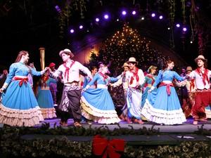 Show do Natal Tchê reúne músicos e dançarinos no palco da Rua Coberta (Foto: Cleiton Thiele/Divulgação)