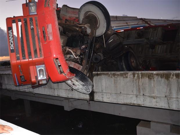 Carreta tombou em ponte da BR-101 (Foto: Walter Paparazzo/G1)