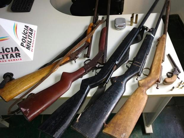 Parte das armas apreendidas pela PM (Foto: Polícia Militar/Divulgação)