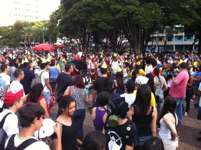 Manifestantes pintaram o rosto e usaram cartazes para protestar (Foto: Fernanda Resende/G1)