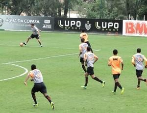 Cuca com os jogadores no treino do Atlético-MG (Foto: Gabriel Duarte )