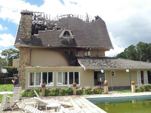 Casa pegou fogo após incêndio na noite de terça-feira (19) (Foto: Paulo Siqueira/Vc no G1)