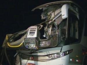 Ônibus bate na SP-304 e deixa 14 pessoas feridas (Foto: Reprodução EPTV)