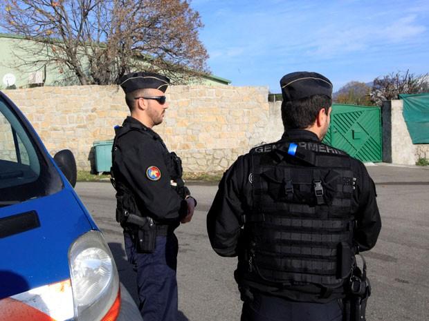 Policiais franceses fazm vigilância neste sábado (26) (Foto: AFP)