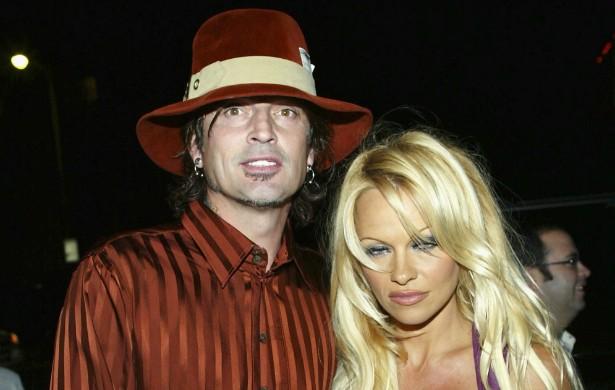 O relacionamento de Pamela Anderson com Tommy Lee foi cheio de idas e vindas (até chegar a um fim aparentemente definitivo anos atrás). Quando ela estava grávida do filho deles, ele a chutou. A atriz o denunciou e o roqueiro passou quatro meses atrás das grades. (Foto: Getty Images)