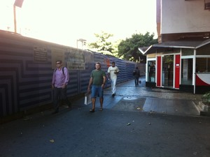 Obras do metrô na Praça Antero de Quental, no Leblon, interromperam a ciclovia. (Foto: Mariucha Machado/G1)