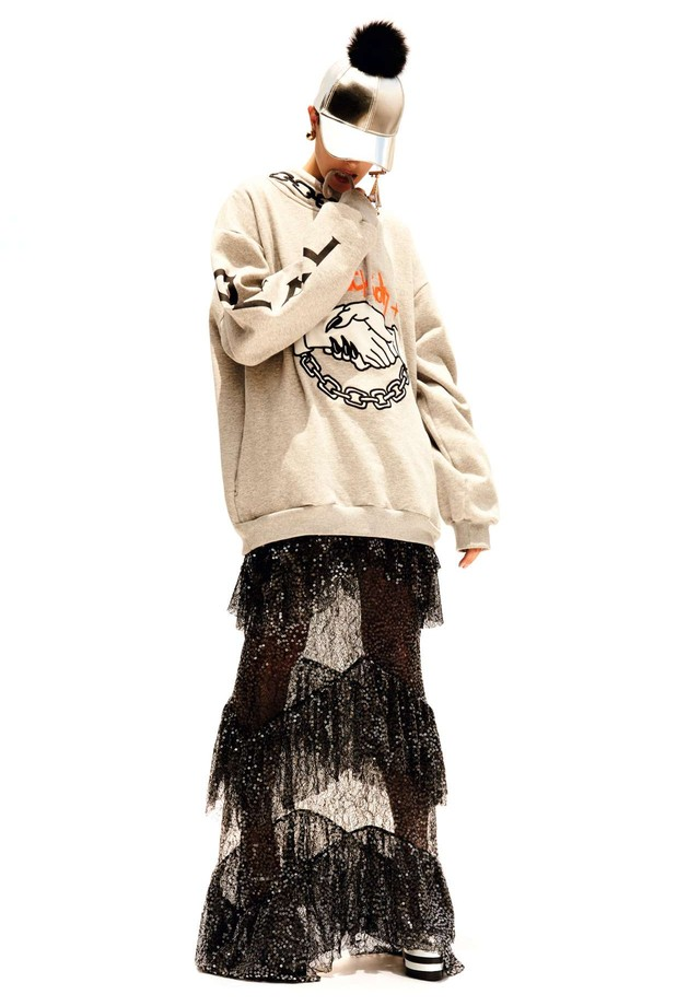 Stefanie Medeiros usa moletom, R$ 789, Just Kids; sobre vestido, R$ 2.835, Carina Duek. Boné, R$ 239, Andressa Salomone; brincos, R$ 268, Animale; sapatos R$ 4.820, Gucci. (Foto: Rafael Pavarotti)
