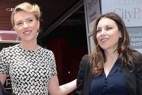 Scarlett Johansson e Melanie Sloan (Foto: Getty Images)