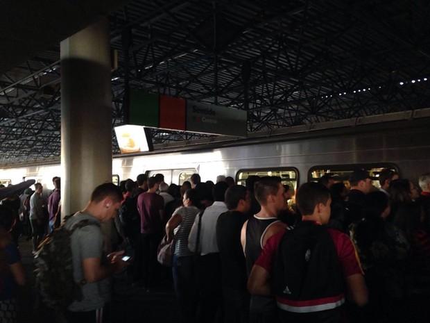 Passageiros desceram na estação Shopping após falha no sistema de fechamento das portas de um vagão nesta quarta-feira (3) (Foto: Lucas Nunes/Arquivo Pessoal)