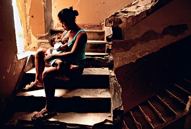 MATERNIDADE: TATIANE, 19 ANOS, AMAMENTA O FILHO DANIEL. ELA NUNCA TINHA OUVIDO FALAR EM MOVIMENTO DE MORADIA ATÉ UM DIA ANTES DE SUA MUDANÇA PARA UM PRÉDIO OCUPADO NO CENTRO (Foto: Manoel Marques)