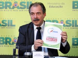 O ministro da Educação, Aloizio Mercadante, em entrevista sobre o Enem nesta segunda (30) (Foto: Ed Ferreira/Agência Estado)