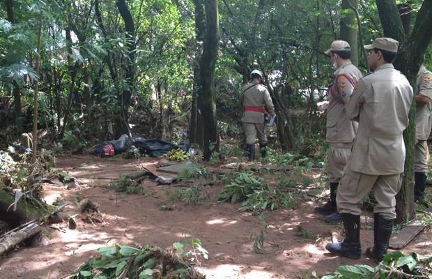 Bombeiros encontram corpo com capacete após chuva que atingiu a Grande Goiânia (Foto: Gabriela Lima/G1)
