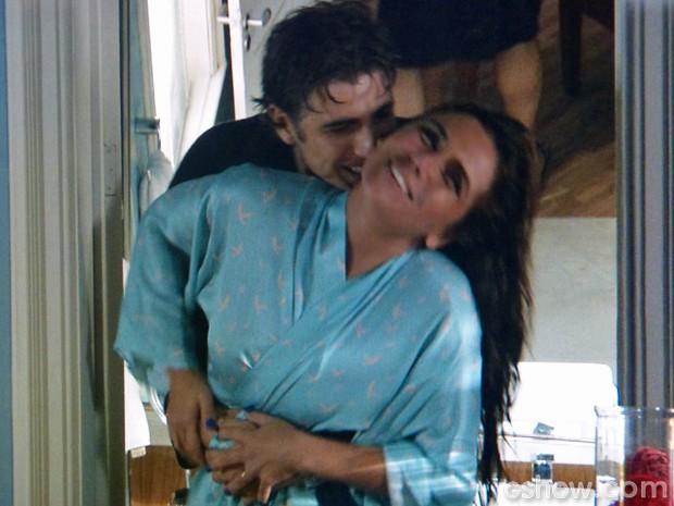 Clara e Cadu se acertam e se rendem à paixão (Foto: Em Família/ TV Globo)