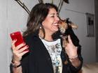 Roberta Miranda ganha lambida de cachorro em evento em São Paulo