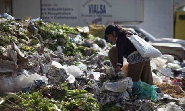 Mulher busca restos de alimentos na Cidade do México (Foto: Saúl Ruiz)