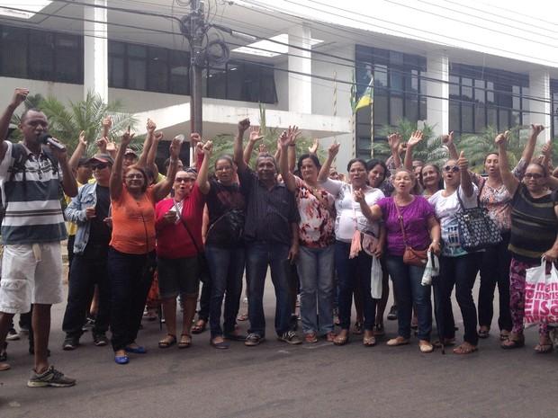 Trabalhadores foram para frente da sede do governo protestar por salários (Foto: Abinoan Santiago/G1)
