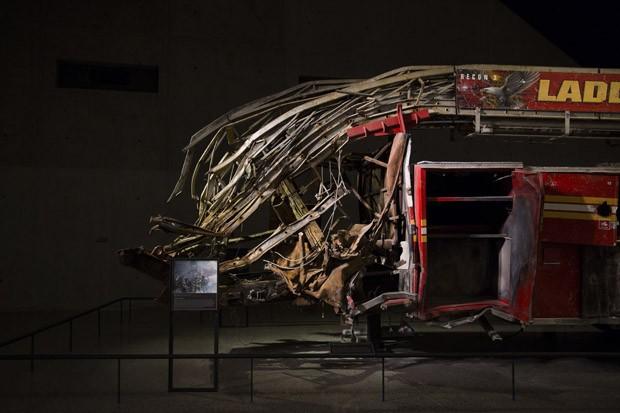 Caminhão dos bombeiros danificados durante o ataque as Torres Gêmeas (Foto: Damon Winter/The New York Times)