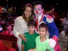 Nívea Stelmann e outros famosos curtem noite no circo