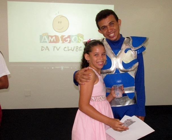 Estudantes recebem certificados e brindes durante a visita (Foto: Katylenin França/TV Clube)
