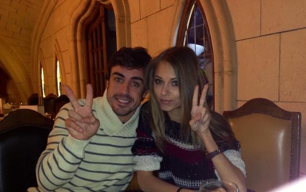 Fernando Alonso e sua namorada, a modelo russa Dasha Kapustina, em foto publicada pelo piloto espanhol nesta sexta-feira (Foto: Reprodução / Twitter)