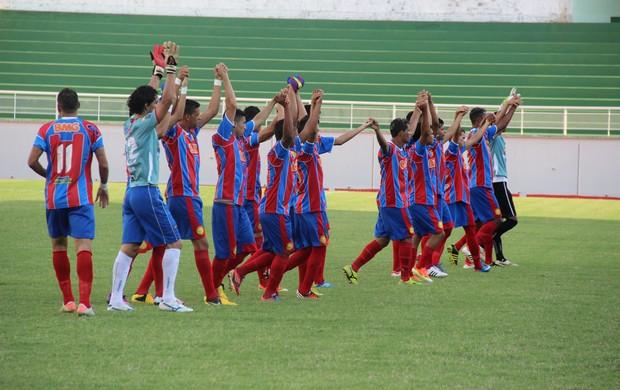 Jogadores do Plácido de Castro entram em campo no estádio Florestão (Foto: João Paulo Maia)