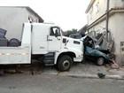 Caminhão perde freio e esmaga carro em Barra Mansa, RJ