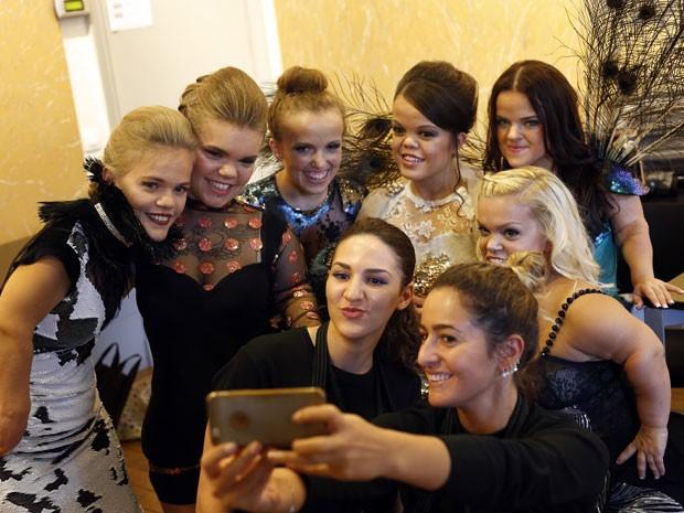Modelos anãs fazem selfie antes de desfile na Dwarf Fashion Show, no Ministério da Cultura da França, nesta sexta-feira (2) (Foto: Jerome Delay/AP)