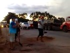 Caminhoneiros tapam buracos em protesto na GO-060; veja vídeo
