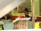 Juliana Paes curte noite em família e brinca com filho em shopping do Rio