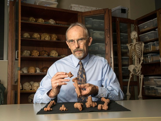 O professor da Universidade do Texas John Kappelman exibe impressões em 3D de partes do esqueleto de Lucy (Foto: Marsha Miller/Nature Publishing Group/AFP)