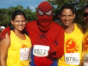 Homem Aranha também marca presença em corrida (Foto: Deivison Almeida/Globoesporte)