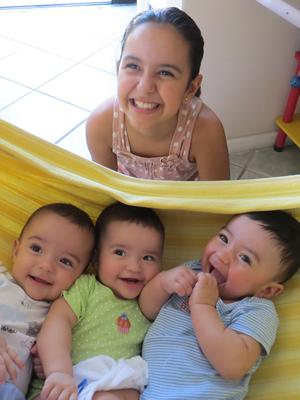 Segundo mãe, filha mais velha ajuda a cuidar dos trigêmeos (Foto: Paola Lobo/Arquivo Pessoal)