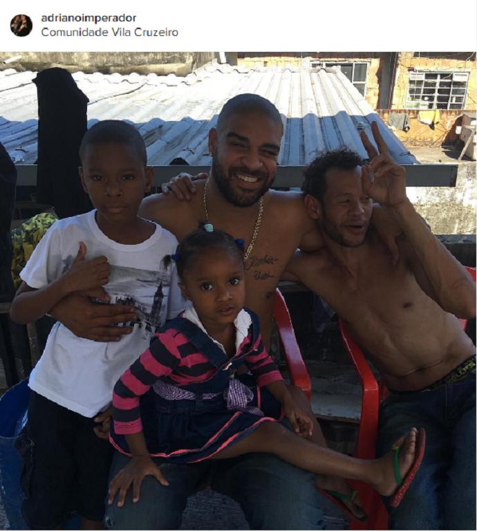"""BLOG: Adriano aproveita sábado na Vila Cruzeiro e posta foto na comunidade: """"Família"""""""