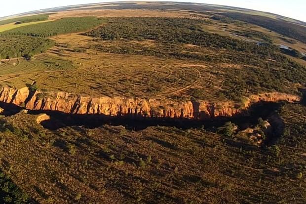 Voçoroca na região de nascentes do Rio Araguaia, em Mineiros, Goiás (Foto: Reprodução/TV Anhanguera)