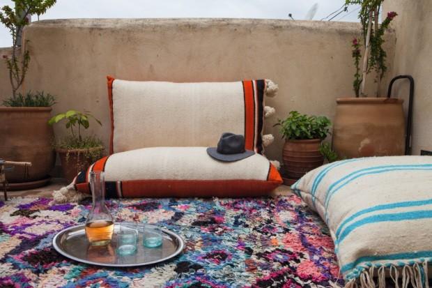 Almofadas em estilo marroquino ajudam a decorar o terraço (Foto: Lufe Gomes / Editora Globo)