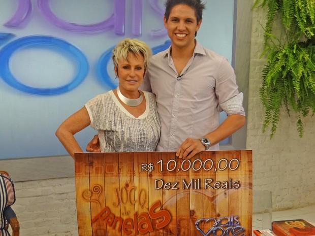 Calebe posa com o cheque do prêmio ao lado de Ana Maria (Foto: Mais Você / TV Globo)