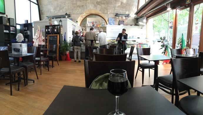 Vinho sobre a mesa no Lusofolie's, centro cultural português em Paris (Foto: Felipe Barbalho/GloboEsporte.com)