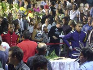 Admiradores, amigos e familiares compareceram em grande número ao Parque do Povo para prestar últimas homenagens ao ex-governador (Foto: Rafael Melo/G1)