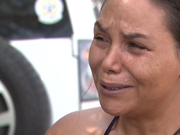 Miriane Brasil chora ao falar sobre a confissão do filho, suspeito de matar idosa em Brodowski, SP (Foto: Chico Escolano/EPTV)